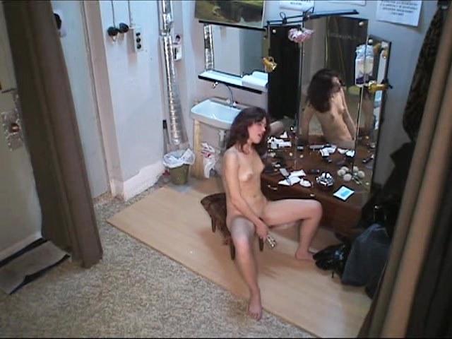 video-skritoy-kameroy-masturbiruyushih-devushek