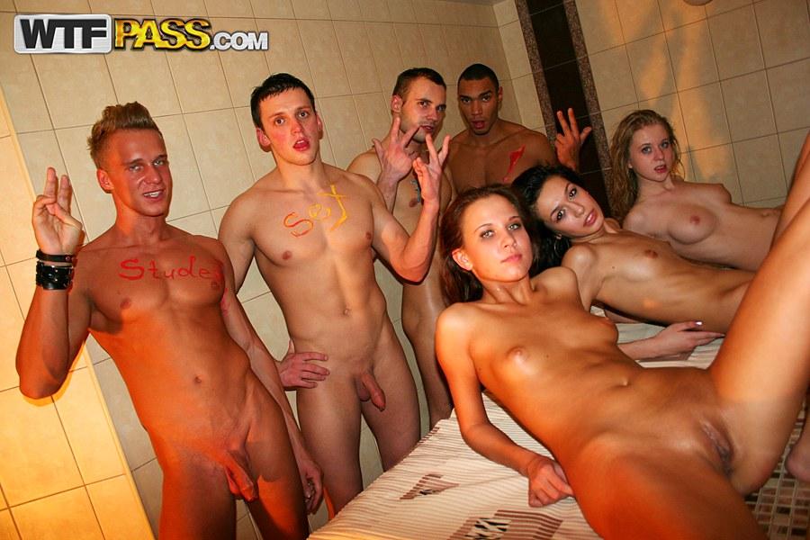 fotografii-seksualnoy-studentki-v-mantii