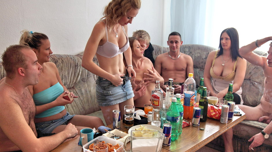 Exciting three-way at students sex party