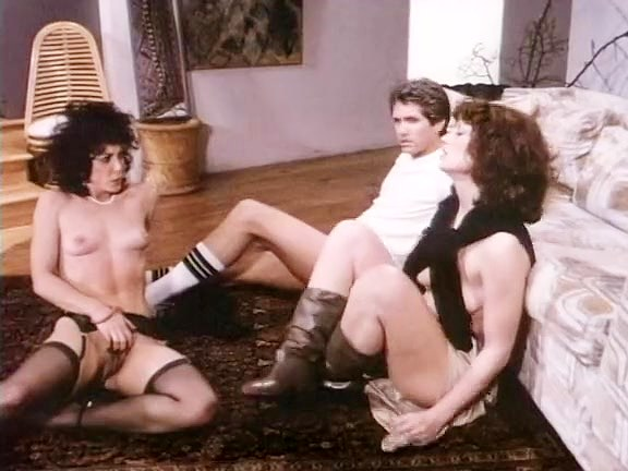 Chelsea Blake, Kelly Nichols, Eric Edwards in hard threesome fuck from the eighties porn - סרטי סקס